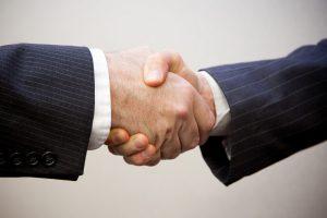 image poignée de main entre deux hommes